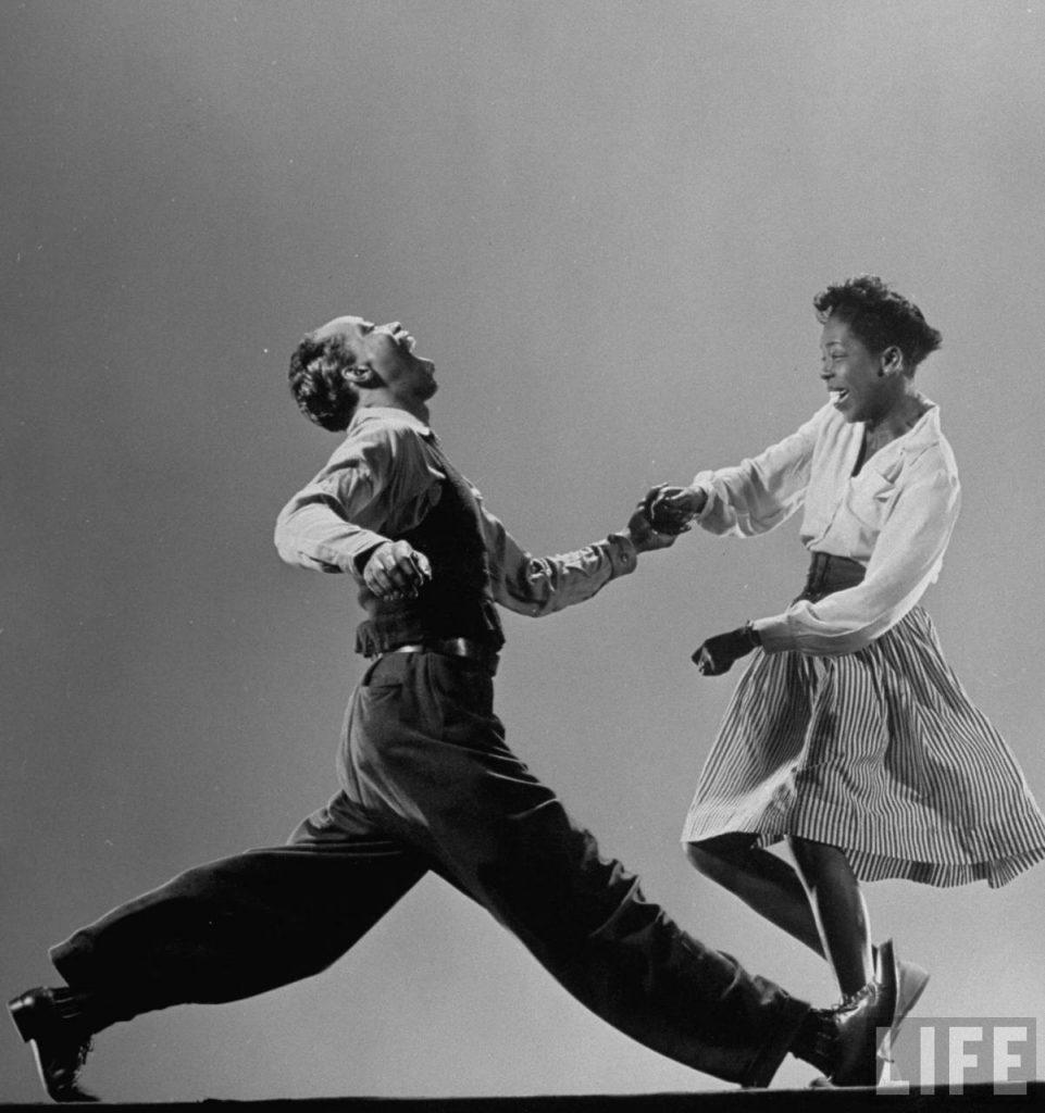 Le Lindy Hop est une danse de couple africaine-américaine qui a été créée et développée par la communauté noire de Harlem aux États-Unis à la fin des années 1920.
