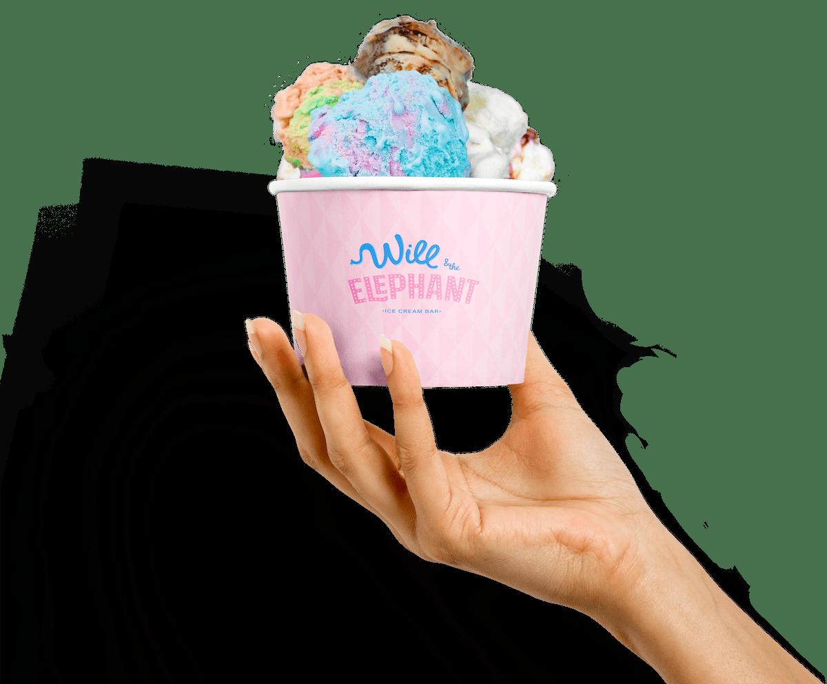 Bild på en hand som håller en glassbägare fylld med glass.