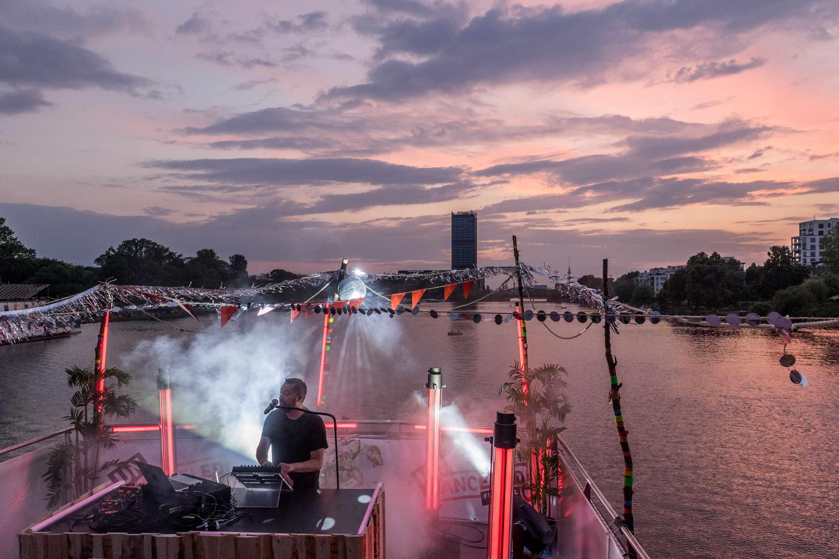 DJ auf dem Redaktionsschiff PioneerOne