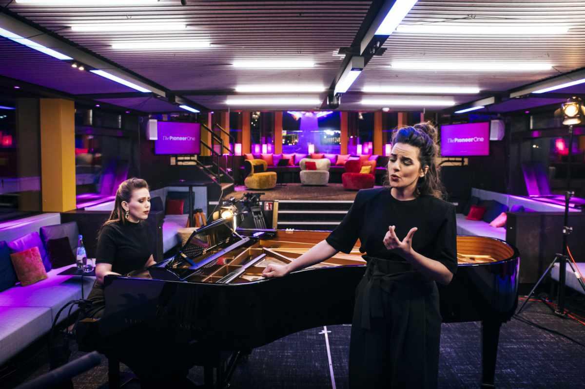 Zwei Frauen musizieren im Redaktionsschiff