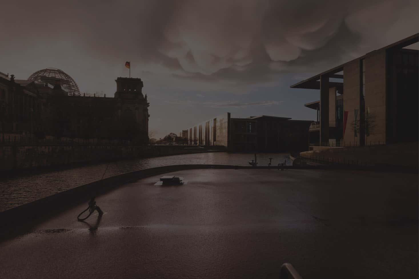 Unwetter und dunkle Wolken über Berlin