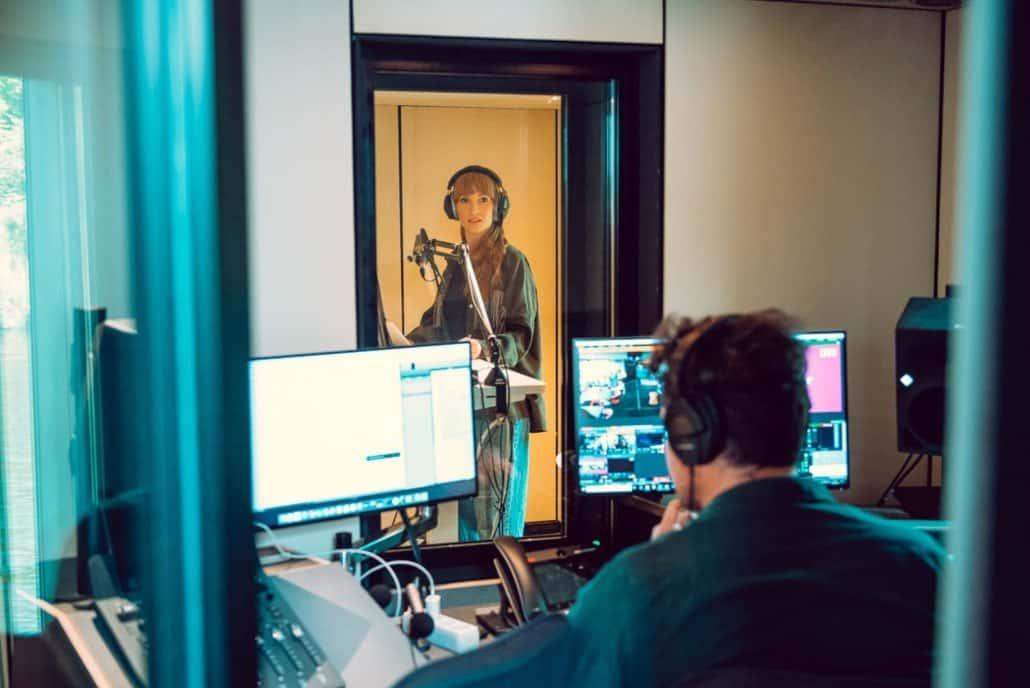 Zwei Personen  in Tonstudio auf Schiff
