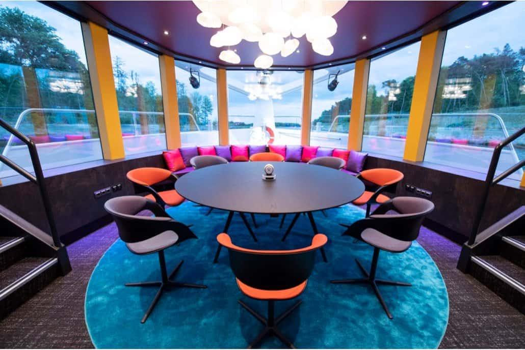 Briefingraum auf Schiff mit Tisch und Stühlen