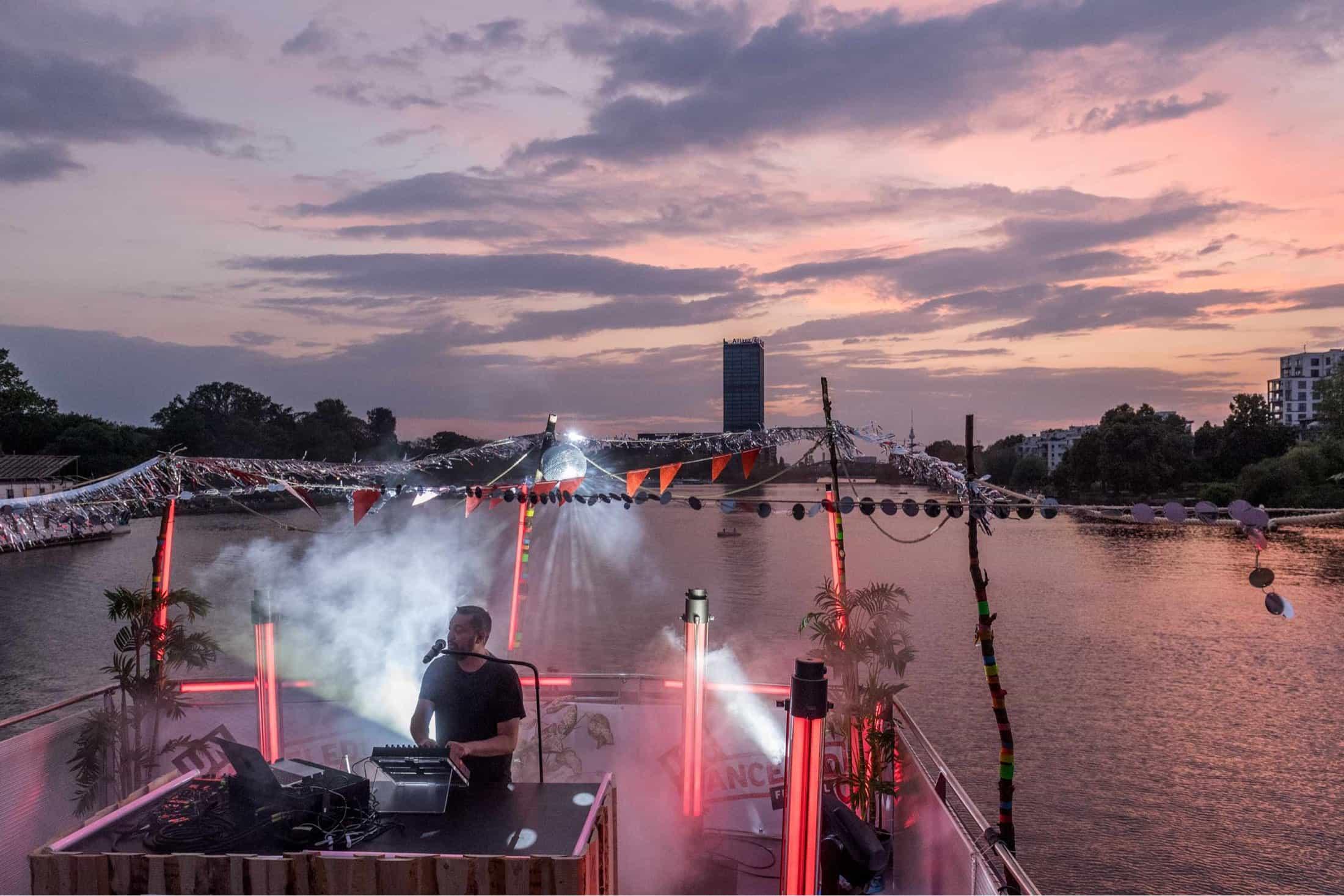 DJ auf dem Schiff bei Sonnenuntergang