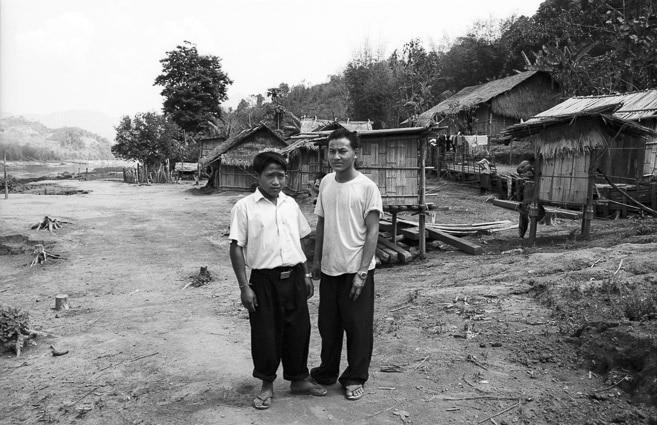 Photo professionnelle mise en valeur de produit et marque, photo d'hommes au Laos en noir et blanc par Stevents Frémont photographe professionnel