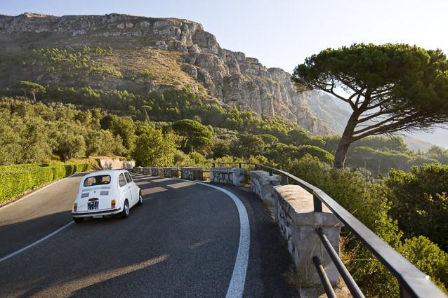 Photo professionnelle mise en valeur de produit et marque, photo Fiat 500 sur la Côte Amalfitaine par Stevents Frémont photographe professionnel