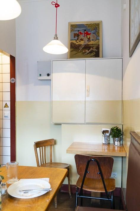Photo professionnelle mise en valeur de produit et marque, photo intérieur OberHafenKanTine restaurant Hambourg par Stevents Frémont photographe professionnel