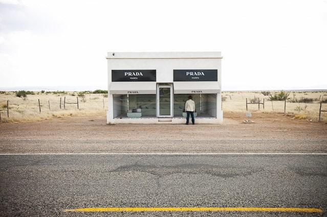 Photo professionnelle de voyage, réalisation Stevens Frémont photographe professionnel voyage Texas magasin Prada Marfa
