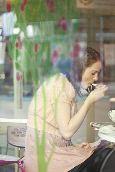 Photo mode professionnelles réalisation par un professionnel, femme dans un café par Stevens Frémont photographe professionnel