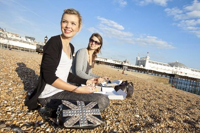 Photo mode professionnelles réalisation par un professionnel, jeunes filles sur la plage de Brighton par Stevens Frémont photographe professionnel
