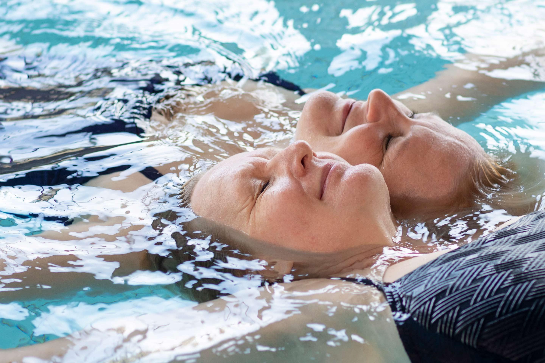 SeniorSpa rentouttavaa kelluntaa vedessä