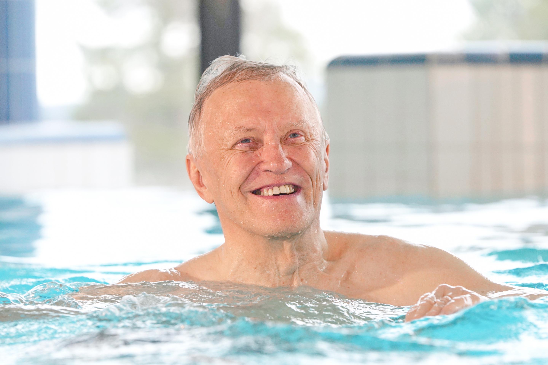Seniori hymyilee altaassa
