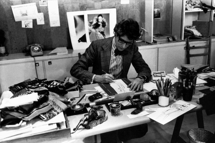 Yves Saint Laurent à son bureau
