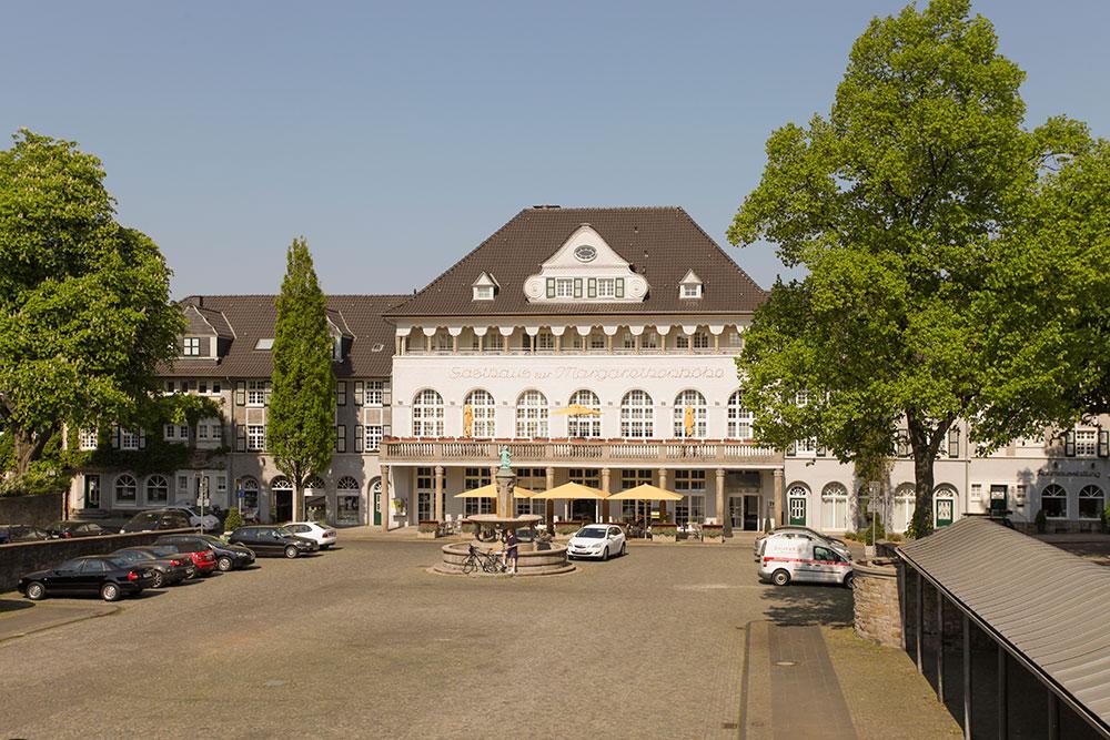 Parkplatz, Hotel, Autos: Schlendern durch die Gartenstadt Margarethenhöhe