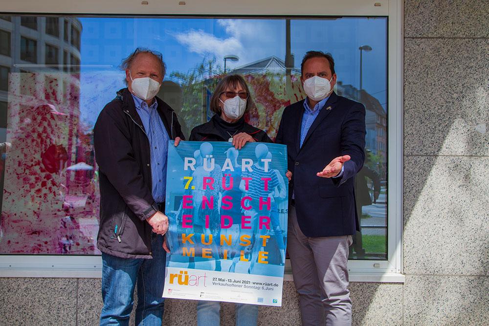 v.l.n.r. Rolf Krane (IG Rüttenscheid), Lore Klar (Forum Kunst und Architektur) und OB Thomas Kufen eröffnen die 7. RüArt | © offguide