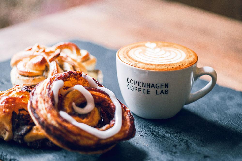 Gebäck, Zimtschnecke, Cappuccino