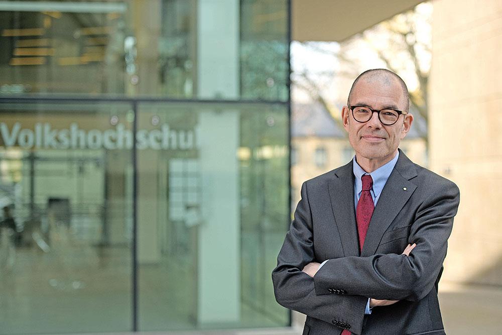 VHS Direktor Michael Imberg vor der Volkshochschule Essen
