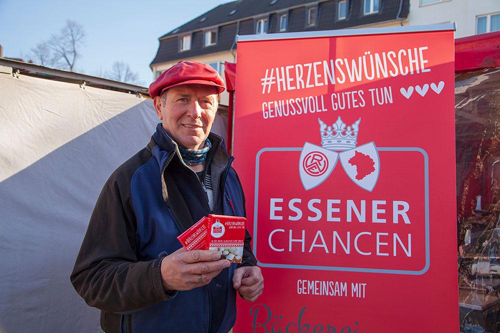 Hermann Welp vor Plakat Essener Chancen