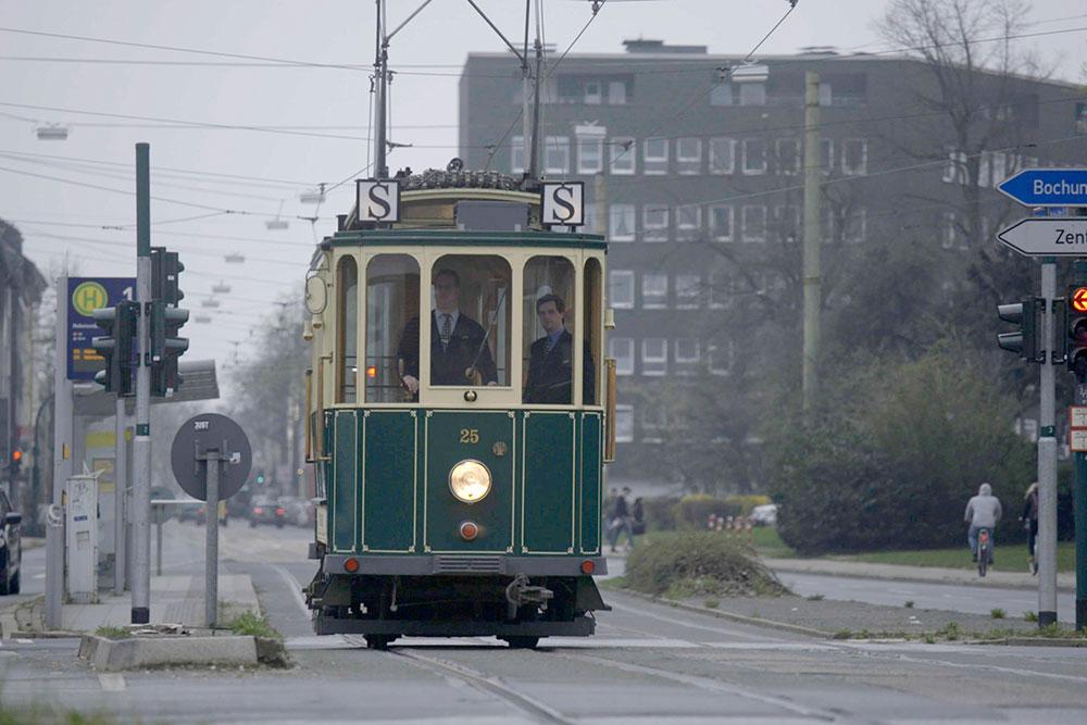 Film ausschnitt Die Arbeitermetropole an der Ruhr – Leben in Essen Die neuen Straßenbahnen brauchten junge Fahrer, die sich vor der neuen Technik nicht scheuten.