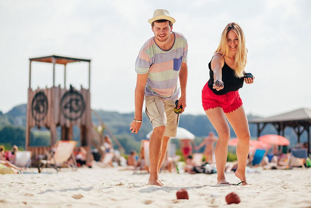 Junge Leute beim Boule-Spiel am Seaside Beach Baldeney Essen