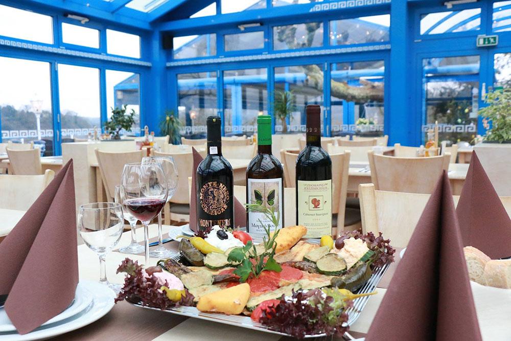 Griechische Spezialitäten und Panorama-Seeblick ©Restaurant Hügoloss