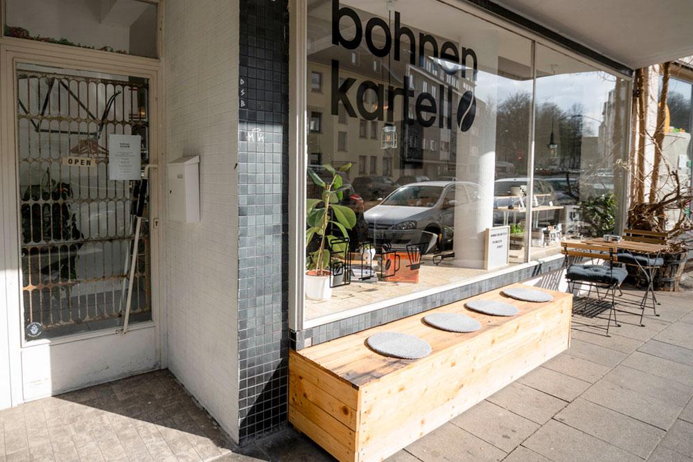 Fachgeschäft und Third Wave Café Bohhnenkartell mit Holzbank vor Schaufenster