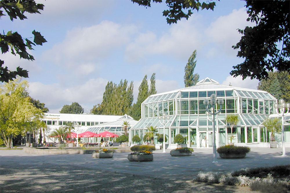Cafe und Restaurant Orangerie im Grugapark, umgeben von gepflegtem Grün