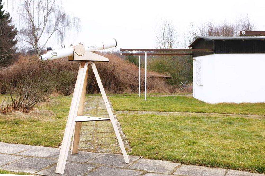 Teleskop auf gepflasterten Hof unter freiem Himmel