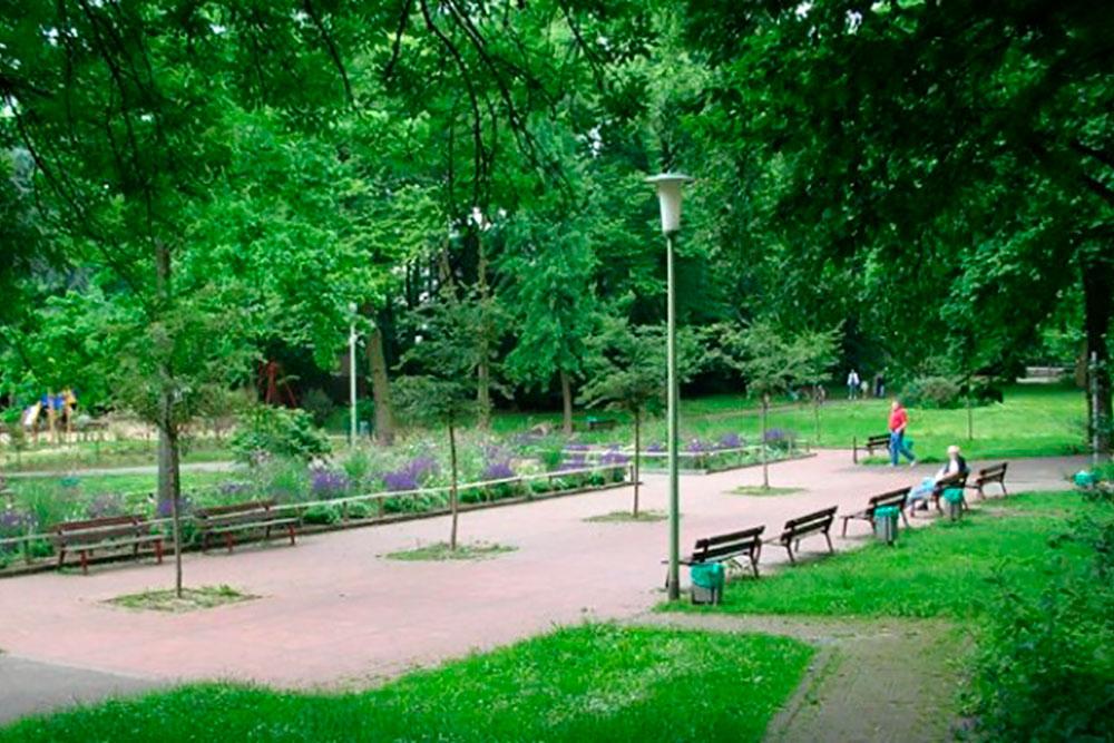 Sitzbank zum Ausruhen in grüner Parkanlage