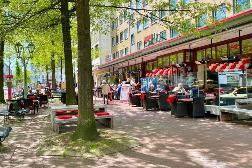 Idyllische Sonnenterrasse vor dem Cafe Extrablatt auf der Rüttenscheider Strasse