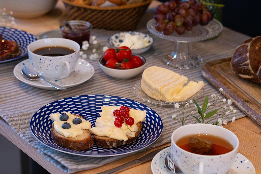 Veganes Frühstück mit frischen Früchten auf gemusterten Tellern