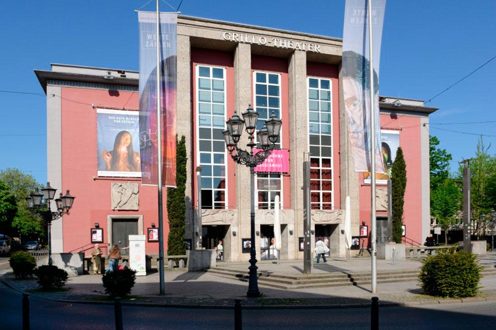 Gebaeude Grillo Theater Essen mit blauem Himmel