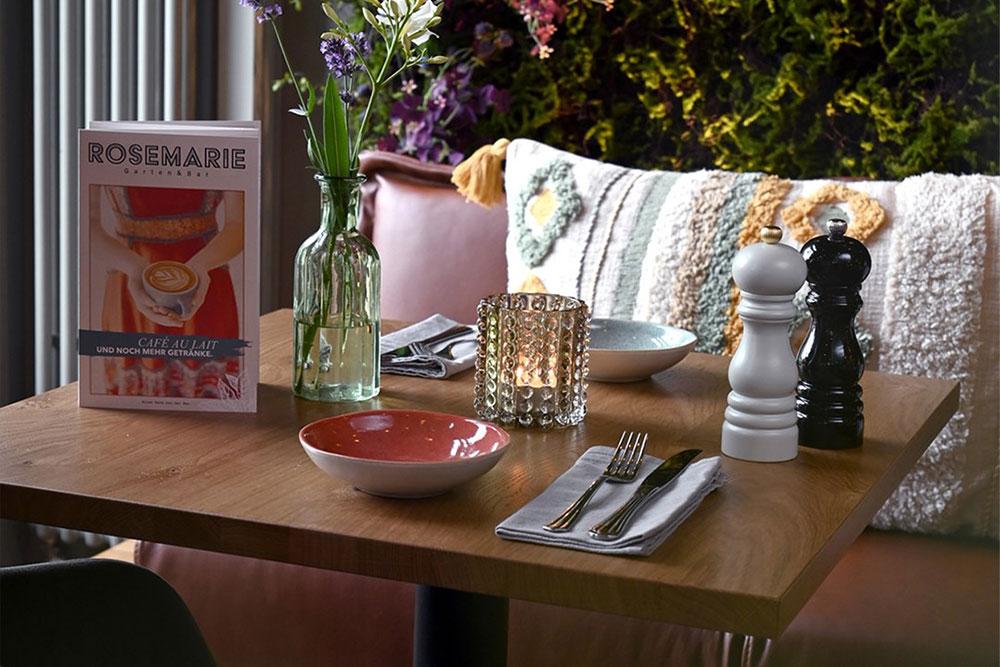 Schoener, gedeckter Tisch für zwei Personen mit Blumen bei RoseMarie Garten & Bar in Essen