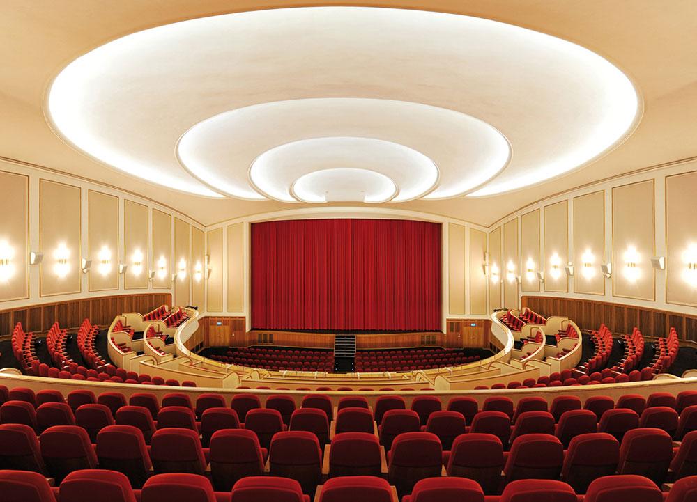 Kino Saal Lichtburg Essen mit roten Sesseln und Vorhang