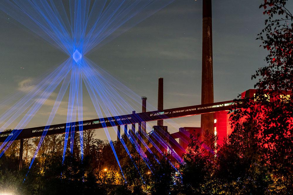 Zeche Zollverein abends mit Lichtinstallation Another Moon von Studio Kimchi and Chips beim New Now Festival