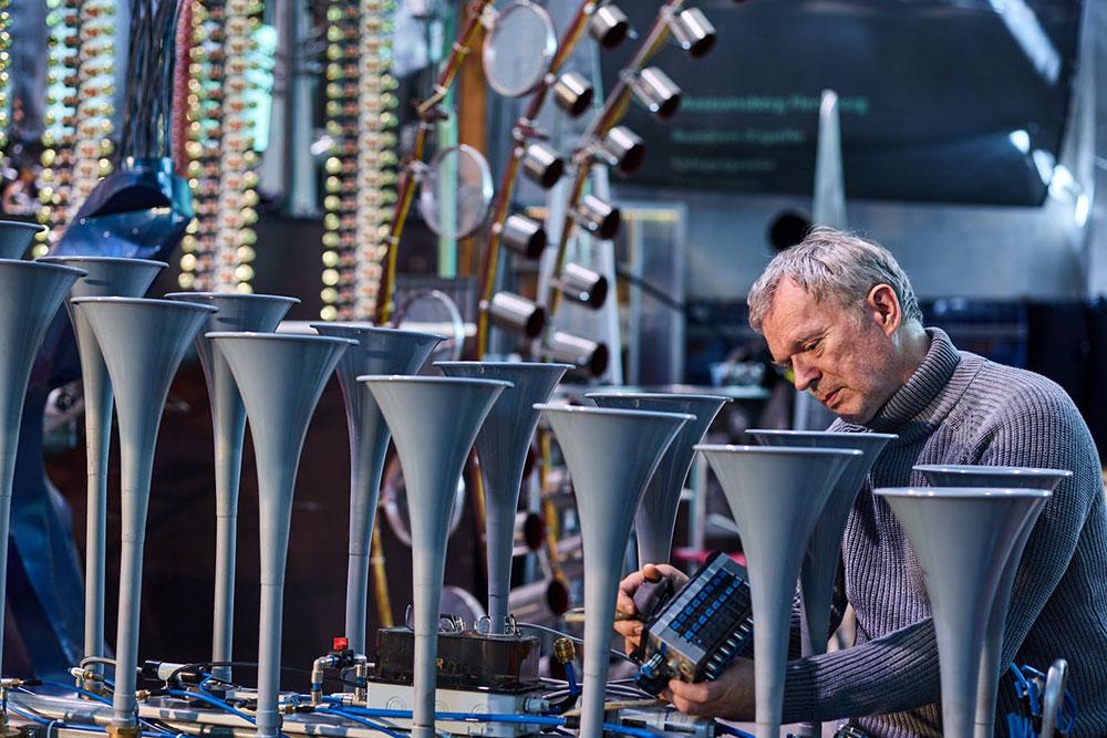 Christof Schläger im Salzlager auf dem Welterbe Zollverein. Der Klangkünstler, Komponist und Musiker im Studio mit außergewöhnlichen Klangmaschinen