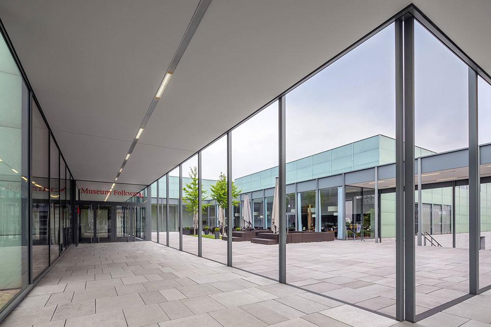 Gebaeude Eingang Museum Folkwang mit Glasplatten
