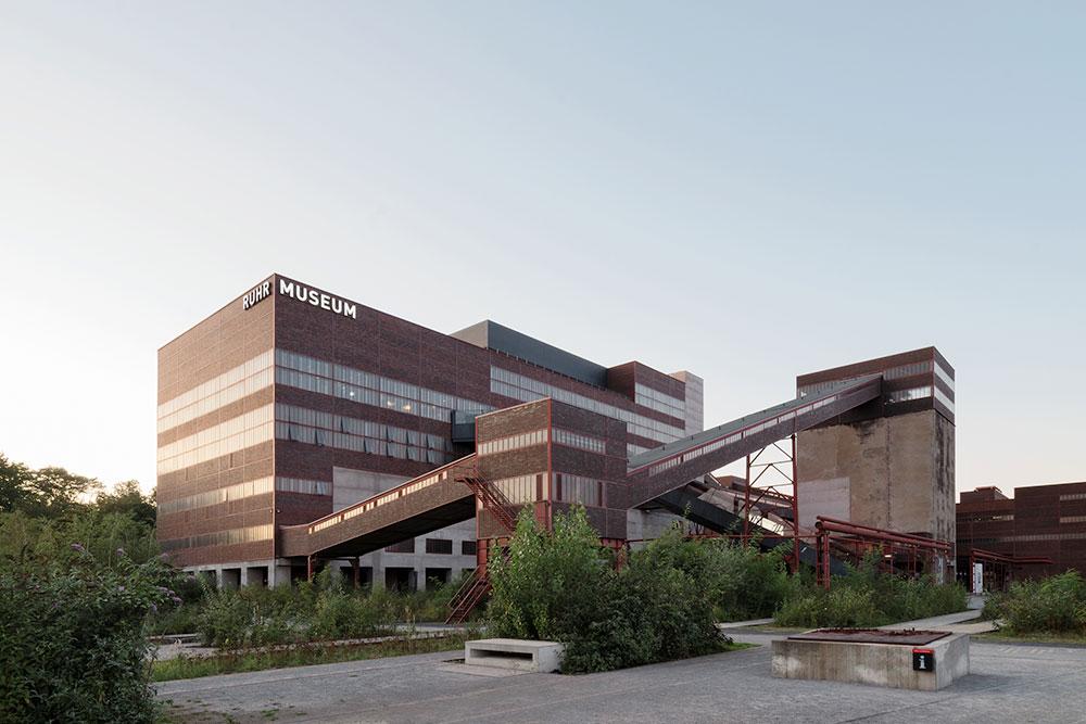 Gebaeude Ruhr Museum Essen mit grauem Himmel