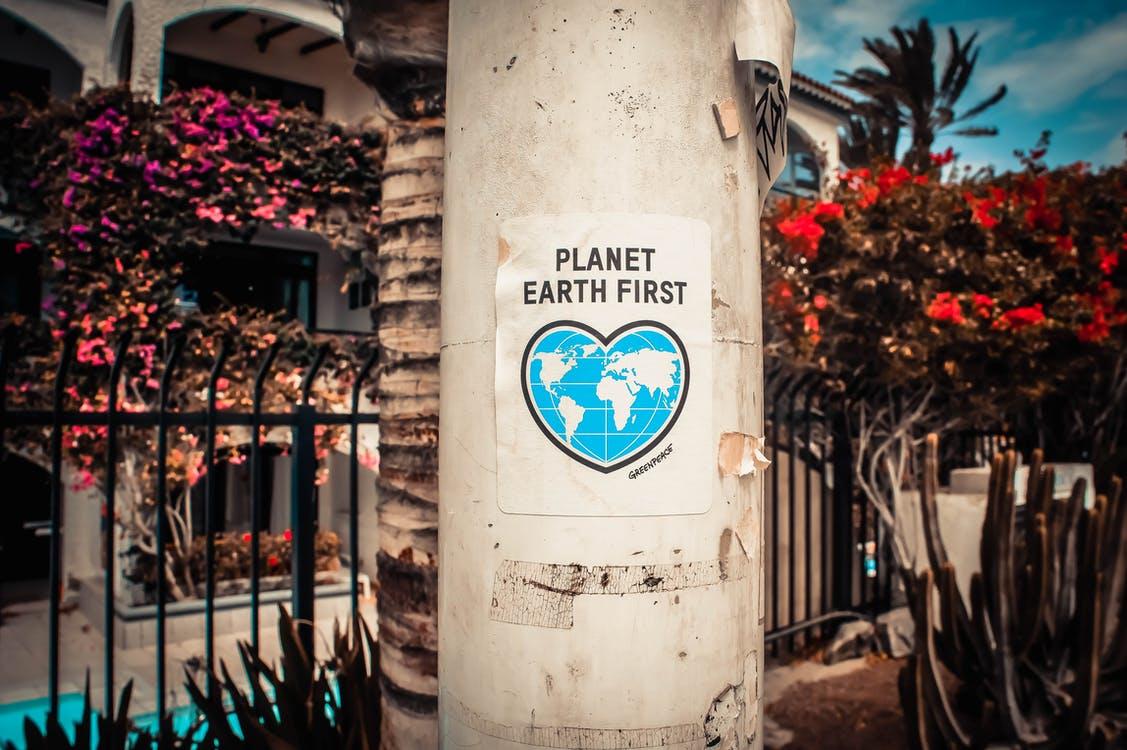 Primer Cartel Del Planeta Tierra En Un Poste De Hormigón