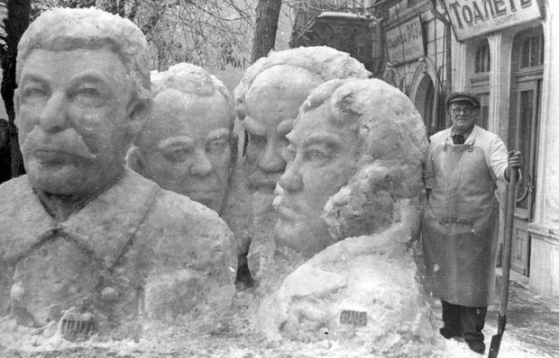 """Денчо Ножаров със своите ледени фигури пред сладкарница """"Швейцария"""", снимката е предоставена от Александър Петков- един от наследниците"""