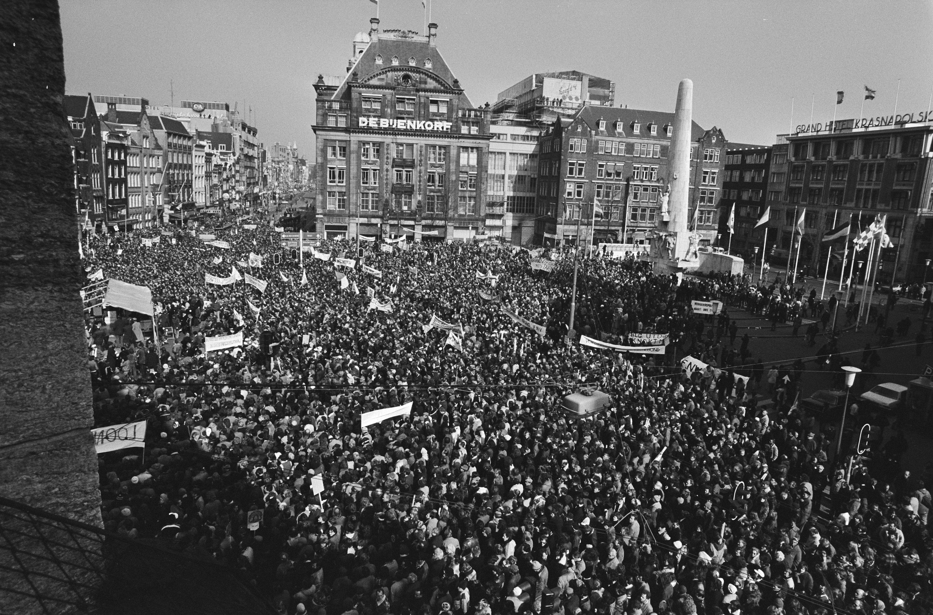 Beeld van een grote demonstratie op de Dam in de jaren '70