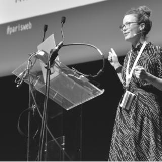 Photo Amelie Boucher donnant une conférence