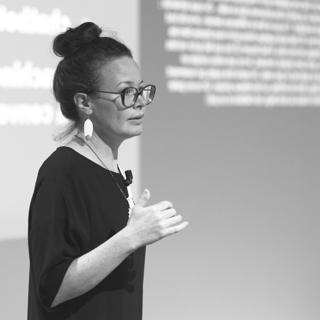 Photo Amelie Boucher donnant une autre conférence