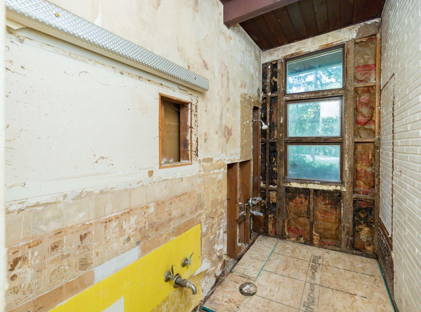 Mid-Mod Hall Bath Makeover (before).