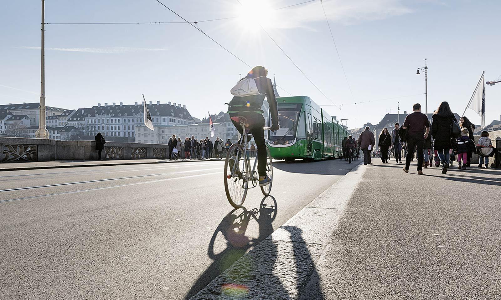 Tram fährt über mittlere Rheinbrücke