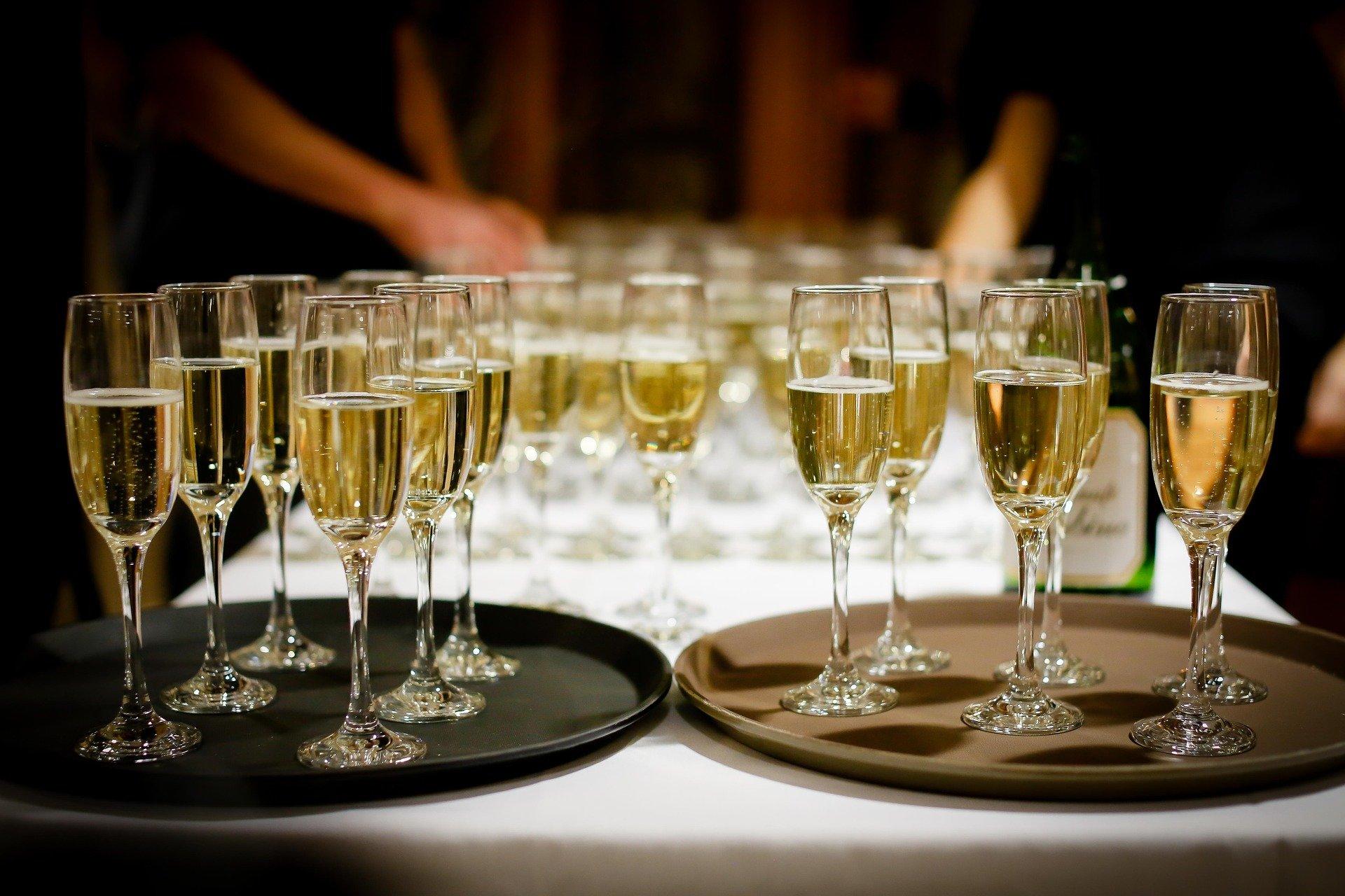 Many glasses of sparkling wine.