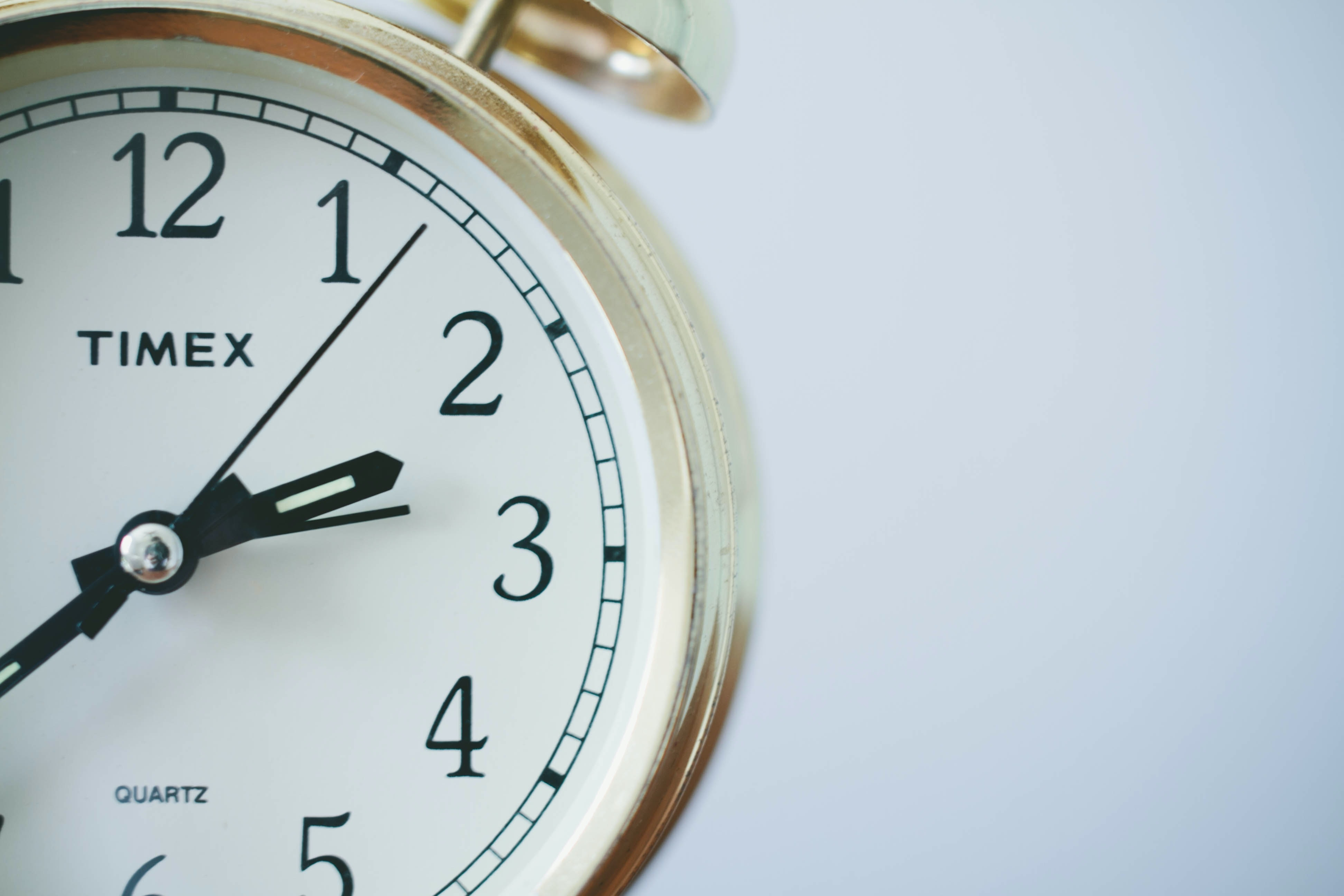 White clock showing 2.40 h.