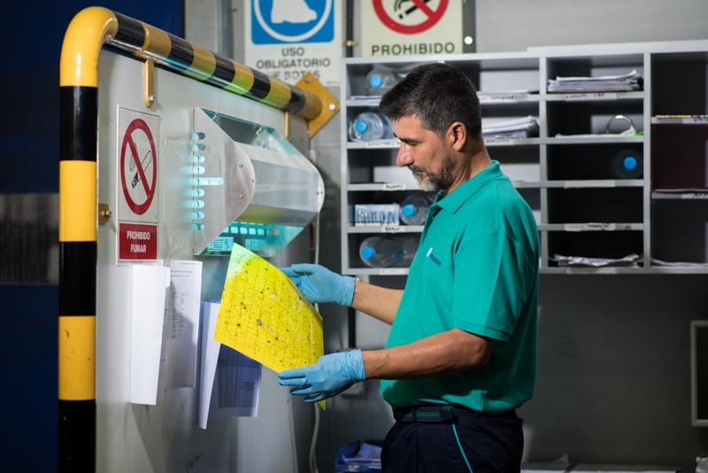 Un técnico de Faycanes trabajando en una empresa