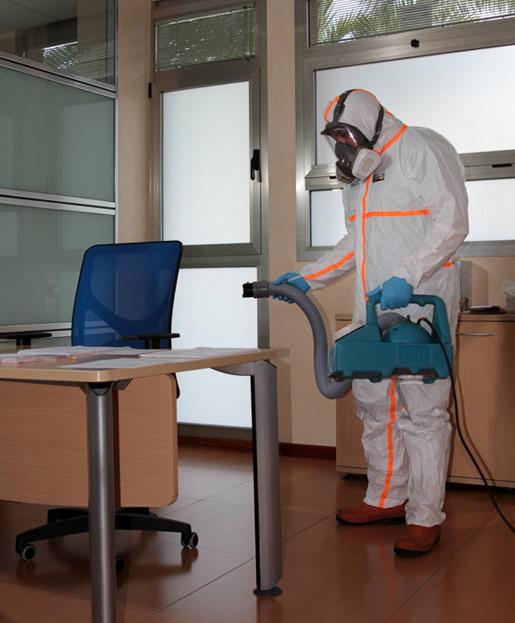 Técnico de Faycanes aplicando una desinfección en una oficina