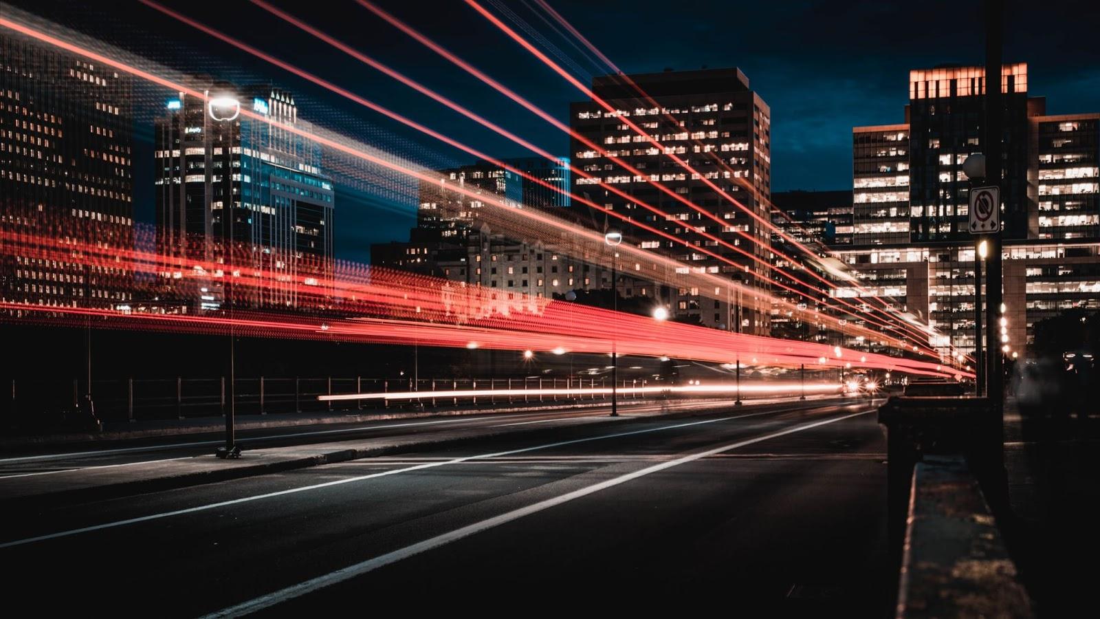 imagine de ansamblu cu lumini oras si viteza in logistca
